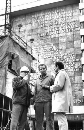 <p>Lew Kerbel (links im Bild) arbeitete bei der Errichtung des Karl-Marx-Monuments mit der Firma VEB Germania Karl-Marx-Stadt zusammen. Monteur Heinz Oertel (Mitte) und sein&nbsp;Dolmetscher (rechts) waren Teil des Teams.</p>