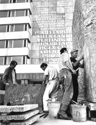 <p>Im Jahr 1968 wurden ebenfalls die Arbeiten zur 25,6 x 17,5 Meter großen Schriftwand, die sich hinter dem Monument befindet, aufgenommen. Auch der Bau des Sockels&nbsp;des Monuments, der aus speziellem Granit besteht, begann zu dieser Zeit.</p>