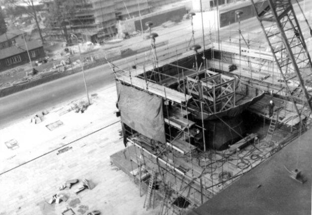 <p>Nach 12 Entwürfen des russischen Bildhauers wurde 1968&nbsp;beschlossen, dass das Monument die Form eines Kopfes erhalten soll. Außerdem wurden die Pläne zum Bau einer Tribüne verworfen und der Standort des Monuments festgelegt. Der Bau&nbsp;begann ein Jahr später.&nbsp;</p>