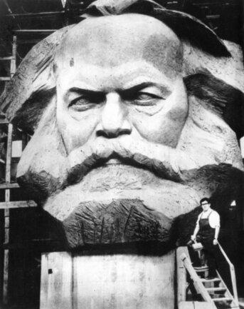 <p>Lew Kerbel ließ die Firma VEB Germania Karl-Marx-Stadt die Einzelteile zusammenschweißen, da es&nbsp;Befürchtungen gab, dass sowjetische Schweißnähte den Schädel des deutschen Philosophen nicht zusammen halten könnten.</p>