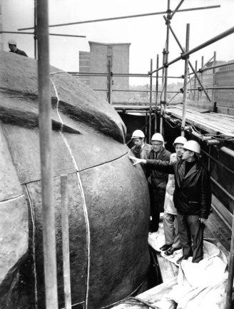 <p>Der Kopf des Monuments wurde mit Bronzeguss aus 95 Einzelteilen im damaligen Leningrad gefertigt. Ein Team aus neun Mitarbeitern der VEB Germania Karl-Marx-Stadt haben diese Einzelteile dann zusammengeschweißt.</p>