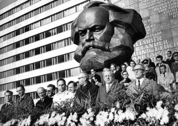 """<p>Auch der damalige Generealsekretär Erich Honecker war zu Gast. Bei seiner Rede zur Einweihung sagt er:&nbsp;""""Dieses Denkmal wird fortan das Bild des neuen Zentrums dieser Stadt prägen, die zu den ältesten und traditionsreichsten Kampfstätten in der Geschichte der revolutionären Arbeiterbewegung gehört"""".</p>"""