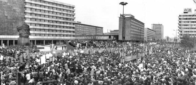 <p>Zu DDR-Festtagen wie dem Tag der Republik oder dem 1. Mai diente das Monument als Kulisse für die politische Machtdemonstration der SED. Bei einer Kundgebung zum 165. Geburtstag von Karl Marx und zum 30. Jahrestag der Umbenennung von Chemnitz in Karl-Marx-Stadt versammelten sich 1983 über 100.000 Menschen am Monument.</p>