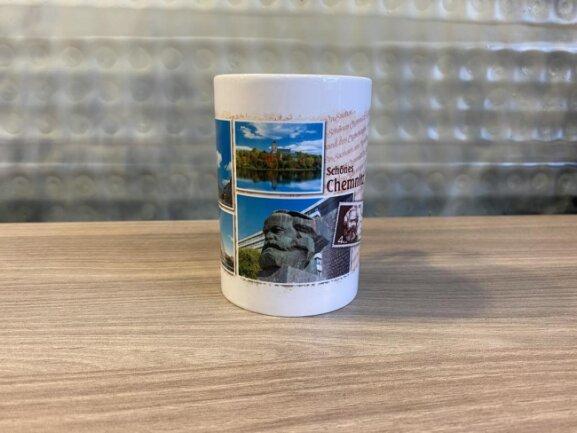 <p>In der Touristeninformation gibt es verschiedene Tassen zu kaufen. Darauf ist auch das Chemnitzer Wahrzeichen zu sehen.</p>