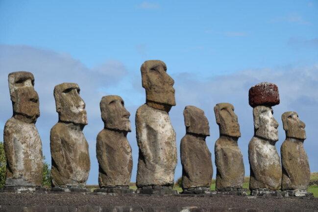 <p>Ebenfalls sehr alt, dafür in Gesellschaft stehen die Moai-Statuen auf der Osterinsel am Ahu Tongariki.</p>