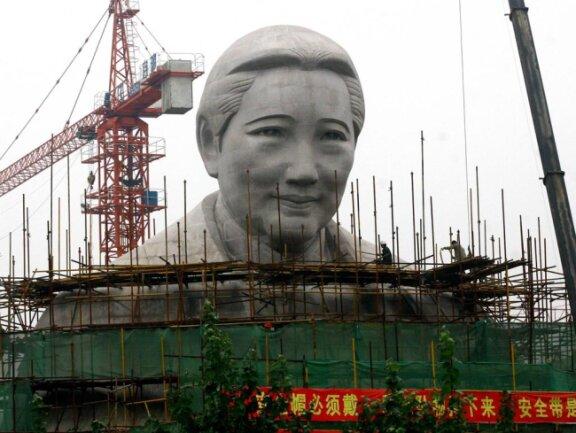 <p>Soong Ching Ling, auch Madame Sun Yat-sen genannt, war eine chinesische Politikerin. Die 24 Meter hohe Statue steht in China.</p>