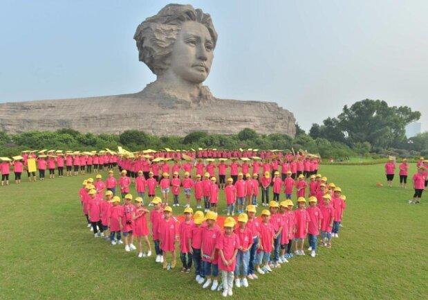 <p>Zurück nach China: Die 32 Meter hohe Statue in Changsha zeigt den Kommunisten Mao Zedong.</p>
