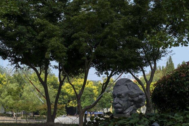 <p>China hat nicht nur Diktatoren als Statuen. Hier steht ein Abbild von Albert Einstein in einem Park in Shanghai.</p>