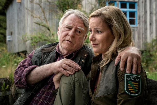 <p>Bei Liebeskummer Trost vom Vater: Georg Bergelt (Andreas Schmidt-Schaller) und Tochter Saskia Bergelt (Teresa Weißbach).</p>