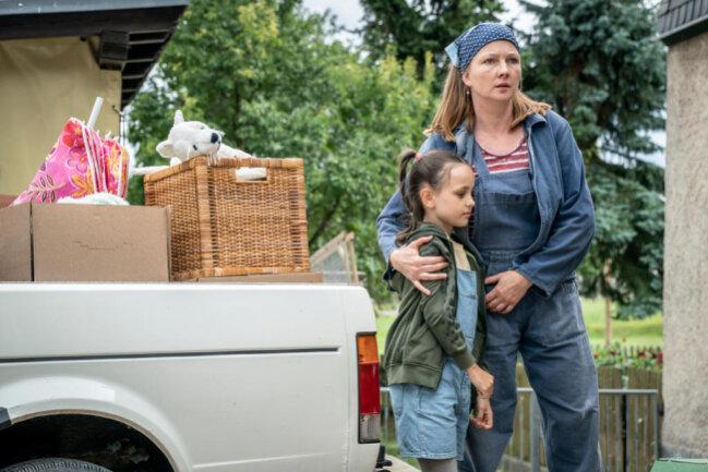 <p>Carmen Weißflog (Katja Studt, r.) muss mit ihrer Tochter (Ruby Paulina Mellahn, l.) ihren kleinen Bauernhof räumen, den Großbauer Huber aufgekauft hat.</p>