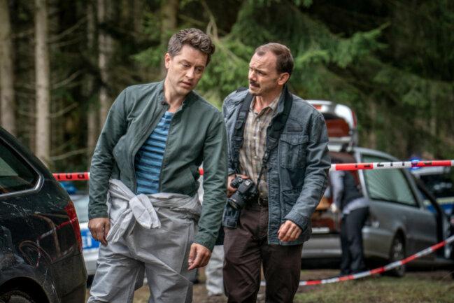 <p>Zu enge Kontakte zur Presse: Maik (Adrian Topol, l.) und Reporter Harry Uhlig (Konstantin Lindhorst, r.).</p>