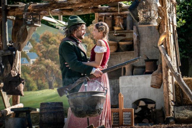"""<p>Auf der Freilichtbühne gibt es eine Aufführung der Sage des """"Robin Hoods des Erzgebirges"""": Stülpner-Darsteller (Lorris Andre Blazejewski) und Bettina (Sarah Rebellato) halten sich im Arm.</p>"""