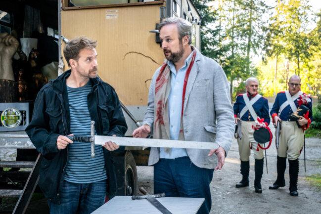 <p>Haben beide etwas zu verbergen? Requisiteur Martin Ganser (Janek Rieke, l.) und Theaterleiter Jörg Reissman (Stephan Grossmann, r.). Im Hintergrund zwei Komparsen in historischer Soldatenuniform.</p>