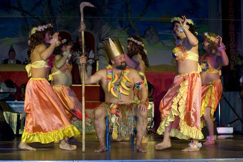 """<p> <span class=""""TextDown"""">Urlaub in der Südsee: Das JCC-Männerballett zeigte neben ausgefallenen Kostümen viel nackte Haut und sorgte mit seinen Tanzeinlagen für eine ausgelassene Stimmung in</span><span class=""""Text""""> Jocketa (Vogtlandkreis).</span></p>"""
