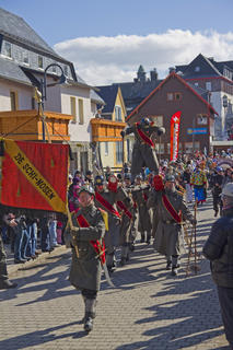 """<p> <span class=""""Text"""">Trotz des sonnigen Wetters kamen zum 94. Skifasching in Oberwiesenthal (Erzgebirgskreis) nicht ganz so viele Zuschauer wie in den Jahren zuvor. Dennoch feierte man ausgelassen. Im Bild: De Schi-Nosen</span></p>"""