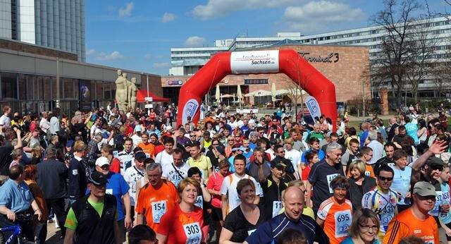 <p> Rund 1000 Laufbegeisterte sind am Sonnabendnachmittag in der Chemnitzer Innenstadt bei &quot;BöFi-Marathon&quot; gestartet.</p>
