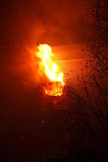 <p> Die Flammen schlugen beim Eintreffen der Feuerwehr aus einem Fenster der fünften Etage.</p>