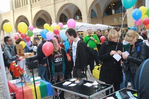 <p> Anlass für die Aktion war der Internationale Tag gegen Homo- und Transphobie, das sind die Diskriminierung von Schwulen, Lesben und Transsexuellen.</p>