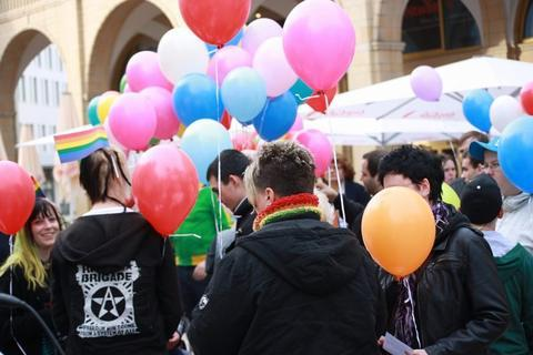 <p> Dabei ließen die etwa 80 Teilnehmer bunte Luftballons aufsteigen.</p>