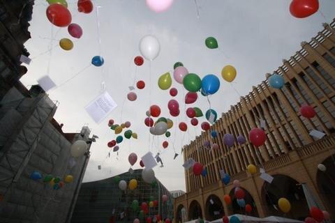 <p> Mit einem sogenannten Rainbow-Flash, zu deutsch wörtlich Regenbogen-Blitz, haben Mitglieder mehrerer Vereine und der Grünen Jugend am Dienstagabend auf dem Neumarkt für mehr Toleranz gegenüber Homosexuellen demonstriert.</p>