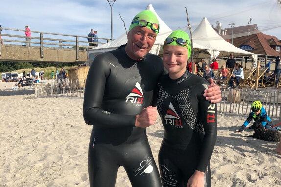 Jörg Stingl mit seiner Tochter Karoline. Die 15-jährige schwamm alle Ostsee-Etappen beim Inselman 2020 mit.