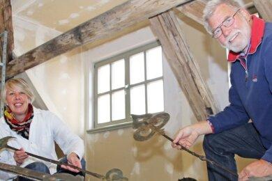 Die stellvertretende Museumsleiterin Ilka Stern und Restaurator Andreas Holfert mit den Einzelteilen der jahrhundertealten Turmuhr.