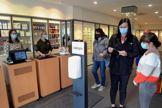 Nur noch bis Mittwoch ist die bisherige Fielmann-Filiale in der Nicolaistraße 15 geöffnet - dann wird umgebaut, das Geschäft zieht in dieser Zeit um. Im Bild von links Christina Röder, Kristin Meisinger und Leiterin Doreen Henke.