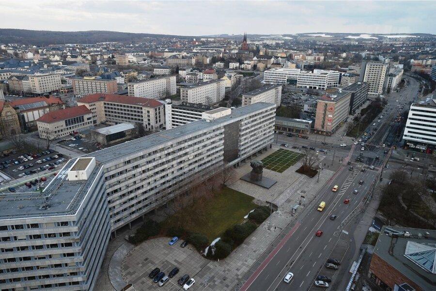 Viel Asphalt und Beton für vergleichsweise wenig Verkehr: Die Brückenstraße in Chemnitz soll im Zuge des Neubaus einer Straßenbahntrasse im Bereich des Marx-Monumentes gründlich umgestaltet werden. Möglicherweise dürfen dort eines Tages nur noch Busse, Bahnen, Radfahrer und Fußgänger entlang.