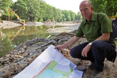Jens Conrad mit den Planungen für den Langen Teich.