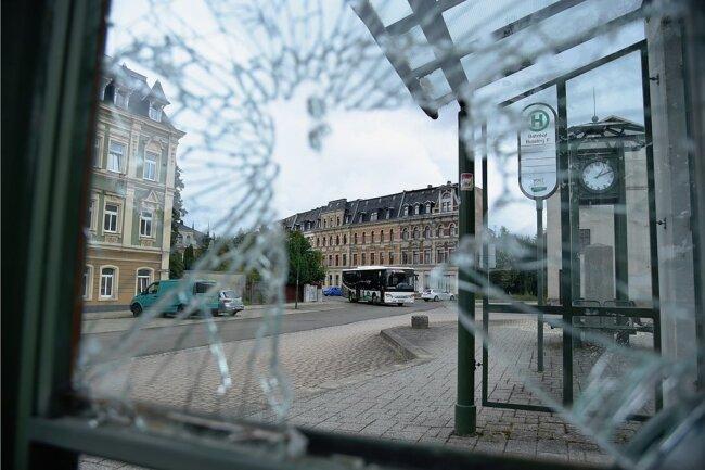 Zertrümmerte Scheiben prägen das Bild in den Buswarten auf dem Bahnhofsvorplatz.