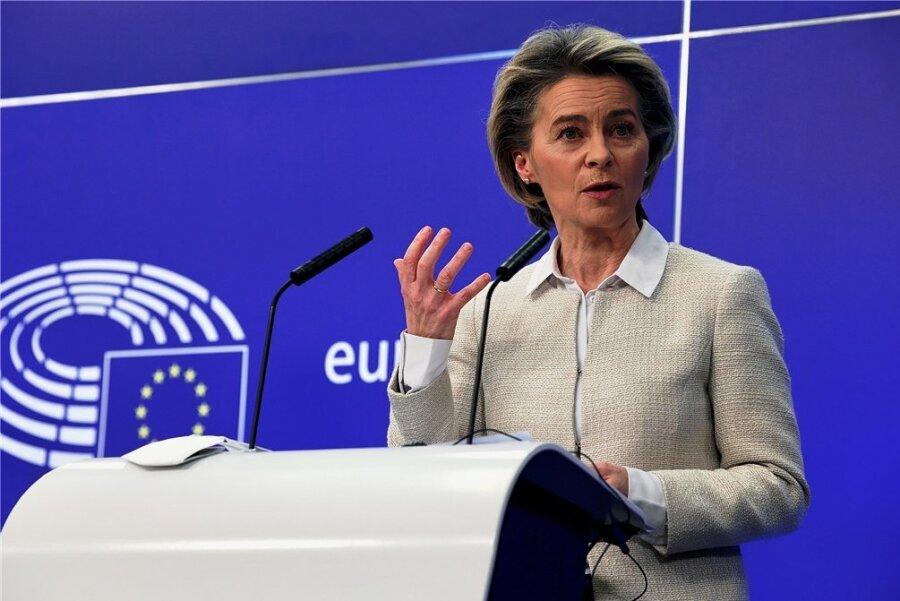 Kommissionspräsidentin Ursula von der Leyen verteidigt den gemeinsamen EU-Ansatz bei der Impfstoffbeschaffung.
