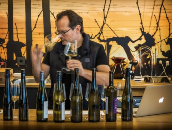 Der einzige Master of Wine Ostdeutschlands: Janek Schumann. Sein Urteil ist bei Sachsens Winzern gefürchtet, denn er arbeitet für den Restaurantführer Gault-Millau.
