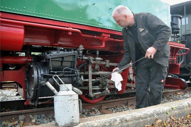 Bevor die Lok am Dienstag auf Fahrt gehen konnte, wurden die Drehteile von Heiko Maßnick geölt.