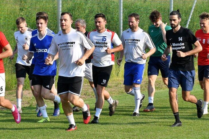 Bei den ersten Trainingseinheiten nach dem Lockdown ist bei den Mittweidaer Fußballern die Sehnsucht nach dem runden Leder groß gewesen. Dabei meldete sich nach einer längeren Pause auch Defensiv-Spezialist Hannes Ryssel (3.v.r.) zurück.