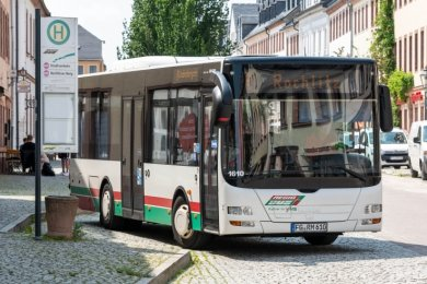 Ein Bus der Rochlitzer Stadtlinie an der Haltestelle Rathausstraße. Die Buslinie soll an noch mehr Stellen als bislang halten. Bevor das erprobt wird, erfolgen aber erst Bauarbeiten.