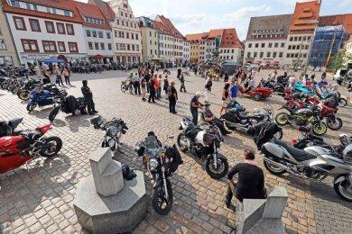 Beim Benefiz-Biker-Treffen für die Deutsche Krebshilfe war der Freiberger Obermarkt gut gefüllt.