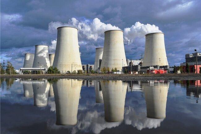 Wie lange werden Deutschlands Kohlekraftwerke wie das in Jänschwalde in Brandenburg laufen? In den Programmen der Parteien zur Bundestagswahl finden sich dazu unterschiedliche Ansichten.
