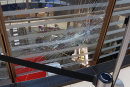Ein Mann hat am Dienstag in der Galerie Roter Turm mehrere Pflastersteine geworfen, wodurch eine Glasscheibe zu Bruch ging.
