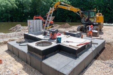 An der Thierbacher Straße in Penig wird zurzeit weiter am Hochwasserschutz gebaut. Derzeit sind Mitarbeiter des Bauunternehmens Swietelsky unter anderem mit dem Bau der Pumpstation beschäftigt.
