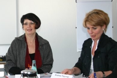 Annette Schwandtke (M.) zu Beginn des Jahres 2013 bei einem Pressegespräch gemeinsam mit Regionalkammerpräsident Thomas Kolbe und IHK-Mitarbeiterin Andrea Tippmer.