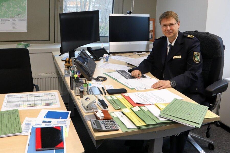 Polizeichef Lutz Rodig, dessen Direktion für Vogtlandkreis und Kreis Zwickau zuständig ist, in seinem Büro.