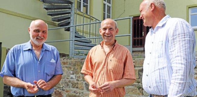 Zufrieden mit der Renaturierung: Christoph Weidensdorfer, Holger Schön und Marco Breiding (v.l.) trafen sich an der Grünen Schule grenzenlos in Zethau.
