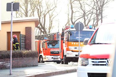 Rauchentwicklung auf einem Balkon hat am frühen Donnerstagabend im Bereich der Plauener Knielohstraße zu einem Feuerwehreinsatz geführt.