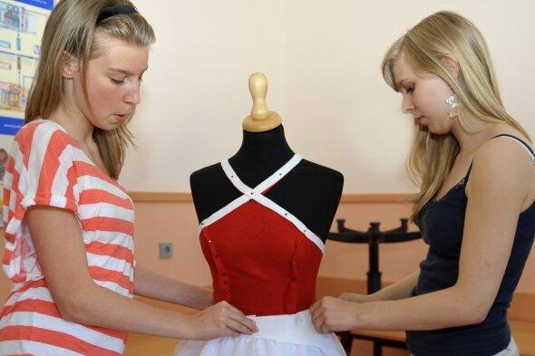 Die Kleider, in denen sich die drei Bewerberinnen um das Amt der Sperkenprinzessin präsentieren, nehmen Formen an. Rebecca Prause (links) und Lucy Grünert zeigen eine Kombination auf einer Puppe.