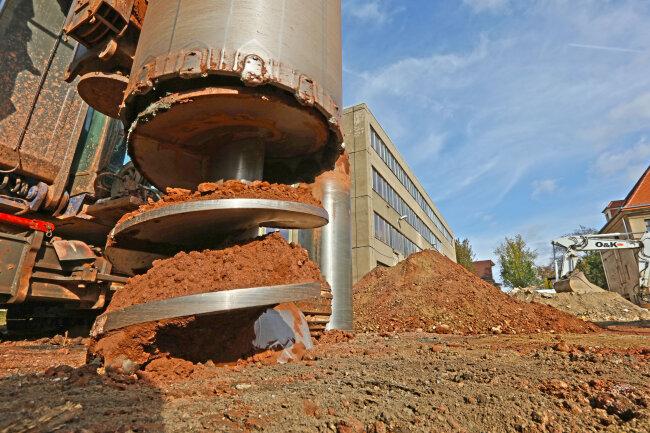 Auf der Baustelle des Hauptgebäudes der Polizeidrektion Zwickau ist ein Bohrer im Einsatz.