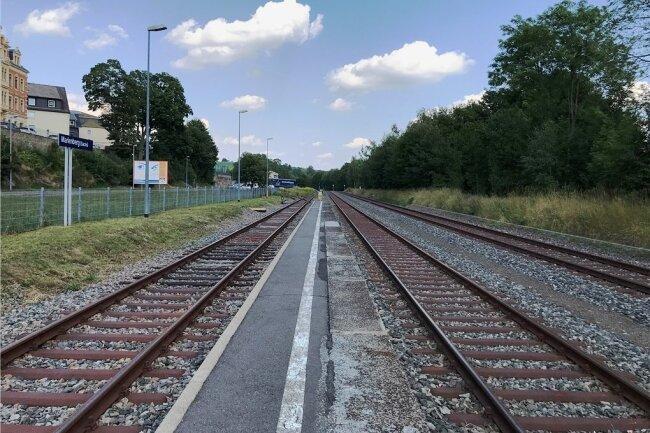 Intakte Gleise und ein Bahnsteig, aber Personenzüge fahren keine: Marienberg und was von seinem Bahnhof übrig blieb.