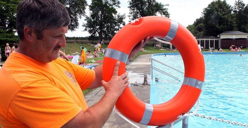 Greifen die Crossener Freibadbetreiber schon nach dem Rettungsring? Fakt ist, dass Schwimmmeister Gerd Hochmuth bislang selten so viel zu tun hatte wie am Donnerstag. Deswegen gab es im Förderverein bereits eine Krisensitzung.