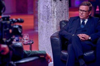 """In der Serie """"Breaking Even"""" muss sich Benedikt Lindemann (Justus von Dohnányi) in einer Talkshow kritischen Fragen stellen."""