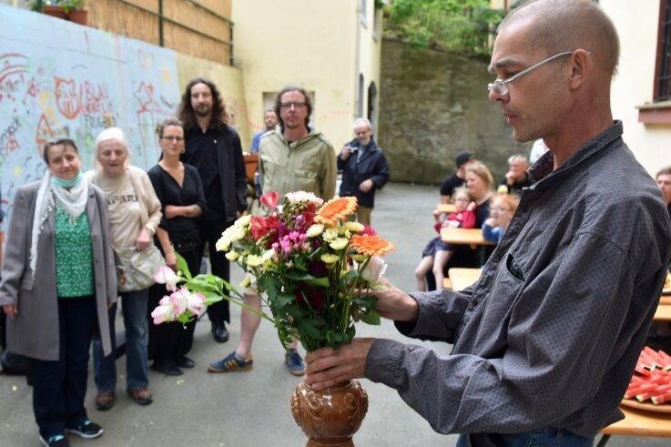 Die Vernissage glich unter Beachtung der Hygieneregeln einer Gartenparty und Familienfeier. Jörg Seifert bedankte sich mit je einer Blume symbolisch bei den beteiligten Künstlern.