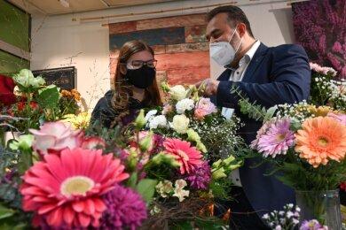 Betty Schmidt (links) lernt im ersten Lehrjahr im Gartenfachmarkt Richter in Chemnitz. Firmenchef Andreas Richter weist sie ein.